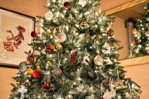 künstlicher Weihnachtsbaum mit Christbaumschmuck
